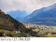 Вид сверху на город Шпитталь-ан-дер-Драу, окруженный альпийскими горами. Австрия (2017 год). Стоковое фото, фотограф Bala-Kate / Фотобанк Лори