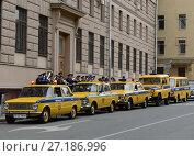 Купить «Колонна старых советских автомобилей ГАИ готовится к автопробегу», фото № 27186996, снято 20 июня 2015 г. (c) Free Wind / Фотобанк Лори