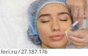 Купить «Doctor making injection of botox in lips», видеоролик № 27187176, снято 3 ноября 2017 г. (c) Илья Шаматура / Фотобанк Лори