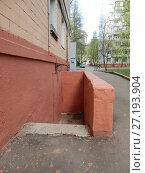 Купить «Подвал. Пятиэтажный кирпичный жилой дом, построен в 1964 году. 1-я Парковая улица, 11. Район Измайлово. Город Москва», эксклюзивное фото № 27193904, снято 6 мая 2017 г. (c) lana1501 / Фотобанк Лори