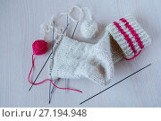 Купить «Knitted sock, knitting needles and coats of wool on the table», фото № 27194948, снято 28 октября 2017 г. (c) Катерина Белякина / Фотобанк Лори