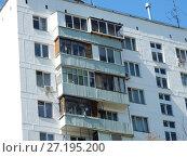 Купить «Двенадцатиэтажный одноподъездный блочный жилой дом серии II-18-01/12, построен в 1966 году. Улица Константина Федина, 1 корпус 1. Район Северное Измайлово. Город Москва», эксклюзивное фото № 27195200, снято 6 мая 2017 г. (c) lana1501 / Фотобанк Лори