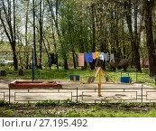 Купить «Детская игровая площадка во дворе жилых домов. Измайловский проспект. Район Измайлово. Город Москва», эксклюзивное фото № 27195492, снято 6 мая 2017 г. (c) lana1501 / Фотобанк Лори