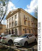 Купить «Трёхэтажный двухподъездный кирпичный жилой дом (построен в 1950 году). 1-я Парковая улица, 49. Район Измайлово. Москва», эксклюзивное фото № 27195508, снято 6 мая 2017 г. (c) lana1501 / Фотобанк Лори