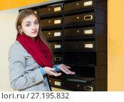Купить «Woman posing near empty mailbox», фото № 27195832, снято 11 июля 2020 г. (c) Яков Филимонов / Фотобанк Лори