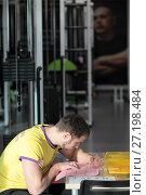 Купить «Инструктор центра доктора Бубновского расписывает план занятий пациента», эксклюзивное фото № 27198484, снято 13 ноября 2017 г. (c) Дмитрий Неумоин / Фотобанк Лори