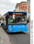 Купить «Москва, автобус маршрута М1 на Тверской улице», фото № 27198592, снято 3 сентября 2017 г. (c) Dmitry29 / Фотобанк Лори