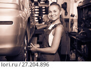 Купить «Mechanic woman working on wheel equilibrium control machinery», фото № 27204896, снято 17 июля 2018 г. (c) Яков Филимонов / Фотобанк Лори