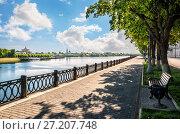 Купить «Пустая набережная в Твери Empty quay in Tver», фото № 27207748, снято 10 июня 2017 г. (c) Baturina Yuliya / Фотобанк Лори