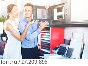 Купить «Couple choosing microwave in household appliance section», фото № 27209896, снято 15 июня 2017 г. (c) Яков Филимонов / Фотобанк Лори