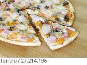 Купить «Пицца ассорти на деревянной доске», фото № 27214196, снято 18 ноября 2017 г. (c) Елена Коромыслова / Фотобанк Лори