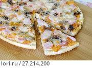 Купить «Пицца ассорти на деревянной доске», эксклюзивное фото № 27214200, снято 18 ноября 2017 г. (c) Елена Коромыслова / Фотобанк Лори