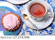 Купить «Чашка чая и пирожное с розовым кремом крупным планом», фото № 27214996, снято 18 ноября 2017 г. (c) Яна Королёва / Фотобанк Лори