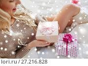 Купить «close up of happy woman with christmas gift in bed», фото № 27216828, снято 30 апреля 2016 г. (c) Syda Productions / Фотобанк Лори