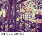 Купить «Man in a helmet pleases selected bicycle», фото № 27219856, снято 21 января 2018 г. (c) Яков Филимонов / Фотобанк Лори
