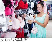 Купить «Woman buying bra», фото № 27221764, снято 13 ноября 2019 г. (c) Яков Филимонов / Фотобанк Лори