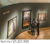 Купить «Посетители на выставке «Некто 1917» в Третьяковской галерее на Крымском Валу», эксклюзивное фото № 27221920, снято 18 ноября 2017 г. (c) Виктор Тараканов / Фотобанк Лори