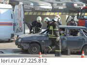 Спасатели МЧС на тренировке вскрывают потерпевший аварию автомобиль для эвакуации потерпевших (2014 год). Редакционное фото, фотограф Малышев Андрей / Фотобанк Лори