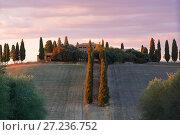 Облачный сентябрьский рассвет в старинной усадьбе в окрестностях  Сан-Квирико-д'Орча. Тоскана, Италия (2017 год). Стоковое фото, фотограф Виктор Карасев / Фотобанк Лори