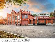 Купить «Дом-модерн на набережной House in the Art Nouveau style on the Volga embankment», фото № 27237368, снято 9 октября 2017 г. (c) Baturina Yuliya / Фотобанк Лори