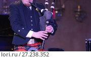 Купить «Bagpipe player in a kilt plays musical instrument at the stage», видеоролик № 27238352, снято 16 июля 2018 г. (c) Константин Шишкин / Фотобанк Лори