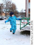 Купить «5 years boy in warm overall playing outdoors in winter», фото № 27239316, снято 29 октября 2017 г. (c) ivolodina / Фотобанк Лори