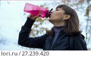 Купить «Woman drinking water from a bottle», видеоролик № 27239420, снято 7 января 2005 г. (c) Илья Шаматура / Фотобанк Лори