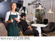 Купить «positive woman hairdresser thumbs up», фото № 27239956, снято 14 декабря 2017 г. (c) Яков Филимонов / Фотобанк Лори