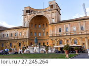 Fontana della Pigna (Pine Cone Fountain) in Vatican court yard. Двор шишки. Ватикан (2017 год). Редакционное фото, фотограф Евгений Ткачёв / Фотобанк Лори