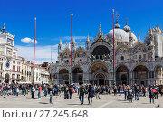 Купить «Туристы на площади Сан-Марко в Венеции, Италия», фото № 27245648, снято 19 апреля 2017 г. (c) Наталья Волкова / Фотобанк Лори
