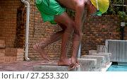 Купить «Boy swimmer on swim start ready to jump », видеоролик № 27253320, снято 19 января 2018 г. (c) Wavebreak Media / Фотобанк Лори