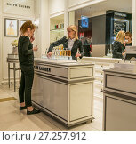 Купить «Девушка пробует духи в парфюмерном бутике в ЦУМе», фото № 27257912, снято 25 ноября 2017 г. (c) Виктор Тараканов / Фотобанк Лори