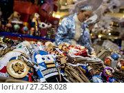 Купить «Прилавок, полный ёлочных игрушек для новогодней елки, в Главном универсальном магазине (ГУМ) города Москвы, Россия», фото № 27258028, снято 2 декабря 2017 г. (c) Николай Винокуров / Фотобанк Лори