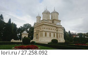 Купить «Cathedral in romanian city is religion landmark of Romania.», видеоролик № 27258092, снято 20 октября 2017 г. (c) Яков Филимонов / Фотобанк Лори