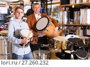 Купить «Father and teenage son examining drum units in guitar shop», фото № 27260232, снято 29 марта 2017 г. (c) Яков Филимонов / Фотобанк Лори