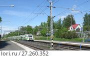 Купить «Скоростной поезд Sm3 «Pendolino» прибывает на станцию Хамеенлинна. Финляндия», видеоролик № 27260352, снято 10 июня 2017 г. (c) Виктор Карасев / Фотобанк Лори