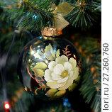 Купить «Жостовский новогодний шар с цветочными мотивами на елке», фото № 27260760, снято 3 декабря 2017 г. (c) Валерия Попова / Фотобанк Лори