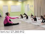 Купить «Маленькие гимнастки выполняют упражнение, повторяя за тренером», эксклюзивное фото № 27260912, снято 30 ноября 2017 г. (c) Дмитрий Неумоин / Фотобанк Лори