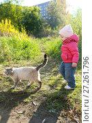 Купить «1 years girl and homeless cat in autumn outdoors», фото № 27261796, снято 11 октября 2017 г. (c) ivolodina / Фотобанк Лори