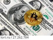 Купить «Золотая монета биткойн и доллары», эксклюзивное фото № 27262784, снято 4 декабря 2017 г. (c) Юрий Морозов / Фотобанк Лори