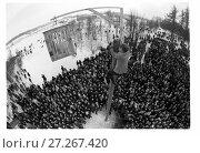 Купить «Масленица. Мужчина выпускает петуха из клетки на вершине масленичного столба», фото № 27267420, снято 25 июня 2019 г. (c) Борис Кавашкин / Фотобанк Лори