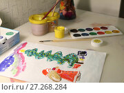 Новогодний рисунок, нарисованный ребенком красками на листе (2017 год). Редакционное фото, фотограф Юлия Юриева / Фотобанк Лори