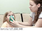 Купить «Мама делает ингаляцию ребенку в домашних условиях», фото № 27268348, снято 15 апреля 2011 г. (c) Кекяляйнен Андрей / Фотобанк Лори