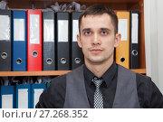 Мужчина, стоящий возле шкафа с папками. Стоковое фото, фотограф Кекяляйнен Андрей / Фотобанк Лори