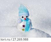 Купить «Christmas Snowman in snow», фото № 27269988, снято 1 марта 2016 г. (c) ElenArt / Фотобанк Лори