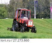 Купить «Скашивание травы трактором в парке. Район Гольяново. Город Москва», эксклюзивное фото № 27273860, снято 4 сентября 2008 г. (c) lana1501 / Фотобанк Лори