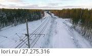 Купить «Полет над заснеженной электрифицированной железной дорогой в лесу», видеоролик № 27275316, снято 27 ноября 2017 г. (c) Кекяляйнен Андрей / Фотобанк Лори