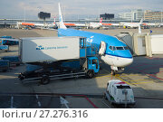 AMSTERDAM, NETHERLANDS - SEPTEMBER 17, 2017: Loading aircraft Boeing 737-800 (PH-BXN) KLM Royal Dutch Airlines before departure on the Schiphol airport. Редакционное фото, фотограф Виктор Карасев / Фотобанк Лори