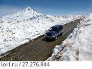 Купить «Автомобиль едет по горной дороге в снежном тоннеле», фото № 27276844, снято 18 июня 2017 г. (c) А. А. Пирагис / Фотобанк Лори