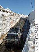 Купить «Джип едет по горной дороге в снежном тоннеле», фото № 27276868, снято 18 июня 2017 г. (c) А. А. Пирагис / Фотобанк Лори